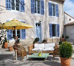 Salon d'été en terrasse, à l'ombre des platanes.    Relax on the terrace, in the shade of the plane trees.