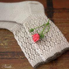 Valkoisissa sukissa on jotain ah, niin ylellistä ja ihanaa vaikkei väri arkikäytössä oikein suosiollinen olekaan. Tämä malli olisi varmas...