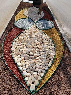 Decoração p o jardim Front Garden Landscape, Gravel Garden, Garden Stones, Garden Path, Landscaping With Rocks, Front Yard Landscaping, Garden Yard Ideas, Garden Projects, Rock Garden Design