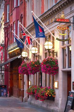 London. I loved how all the restaurants & pubs had such gorgeous flowers outside. Really enhanced the curb appeal!