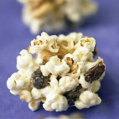 15 creative flavor combinations that reinvent the classic popcorn wheel.I'm thinking popcorn party! Easy Candy Recipes, Popcorn Recipes, Snack Recipes, Cooking Recipes, Popcorn Snacks, Diy Snacks, Kid Recipes, Cooking 101, Dessert Recipes