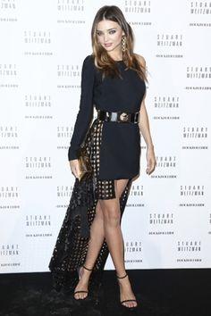Miranda Kerr|ミランダ・カー パリでおこなわれたスチュアート ワイツマンのカクテルパーティに、ミランダ・カーはヴェルサス ヴェルサーチのドレスを着用して登場。ミニ丈のフロントがセクシーさを演出し、エッジィがきいたヘムラインのデザインをコーディネイトにイン。