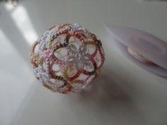 タティングで手毬のような【Tatting Ball】を編む - 針と糸と・・・ Christmas Balls, Christmas Ornaments, Tatting Tutorial, Tatting Lace, Tatting Patterns, Knots, Needlework, Cross Stitch, Jewelry Design