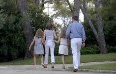 El Rey Felipe VI y la Reina Doña Letizia posan esta tarde con sus hijas, la Princesa Leonor y la Infanta Sofía