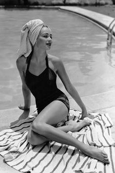 ¡Todos al agua! Fotos antiguas al borde de una piscina © Corbis