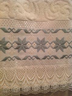 Toalha para lavabo ,bordada a mão , com pérolas e acabamento em renda guipir importada.. Cor palha, Karsten Melina, ótima qualidade.