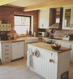 """Kitchen. #inredning #inspiration #loppisfynd #boligpluss #boligdrøm #boligmagasinet #interior #lantligt #nordiskehjem #finahem #salamisvägen #kök #köksö…"""