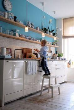 cozinha/ azul/ estantes
