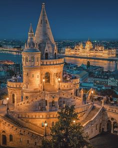 Thinking about vacation in Budapest? Explore the Little Paris of Middle East with these charming must visit places in Budapest -the capital city of Hungary. Cool Places To Visit, Places To Travel, Travel Destinations, Budapest Travel, Budapest City, Hungary Travel, Voyage Europe, Destination Voyage, Travel Aesthetic