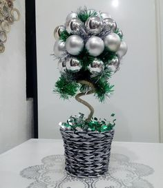 Tutoriales Bricolage, manualidades e ideas Dress Form Christmas Tree, Christmas Topiary, Christmas Time, Christmas Wreaths, Christmas Crafts, Holiday, Office Christmas Decorations, Christmas Centerpieces, Handmade Crafts