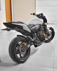 HORNETÃO  ATIVEM AS NOTIFICAÇÕES DE PUBLICAÇÃO E SEJA O PRIMEIRO A RECEBER AS FOTOS @loucospor_motos  Follow: @motorcycles.br . #noite #motos #honda#ducati #Yamaha#brasil#corrida#MotoGP #motorcycle#mt09#tarde#2rodas #vrau#motor#dia #4cilindros #mt#bike #amigos #role #chave #xj6#hornet #black #white #z1000 #bmw#mt10#motorcycles#cb1000rrepsol Motogp, Hornet 600, Motorcycle Gear, Bike, Z 1000, Ducati, Cars And Motorcycles, Motos Honda, Vehicles