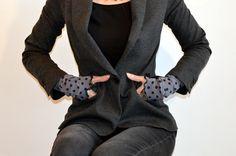 manchettes en jersey gris à pois marine : Mitaines, gants par l-atelier-des-coquettes