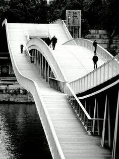 Passerelle Simone de Beauvoir, Paris, 1998. Dietmar Feichtinger Architectes.