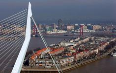 De Erasmusbrug met op de achtergrond de Willemsbrug.