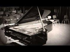 """""""The Wind Flows"""" von Pascal Dürrschmidt  Ein Vorgeschmack auf den BLAUEN MONTAG im Theater Hof am 6. Mai: CHANGE OF SEASONS Pascal Dürrschmidt präsentiert eigene Musik und Texte Pascal Dürrschmidt beobachtet die Welt sucht den Sinn des Lebens fragt sich wie Menschen miteinander und mit der Welt umgehen. Er schreibt Texte und komponiert. Mit seiner Musik schafft er Raum um die Gedanken schweifen zu lassen. Er verarbeitet Einflüsse aus Klassik und Jazz. In der Spielzeit 2012/13 leistet Pascal…"""