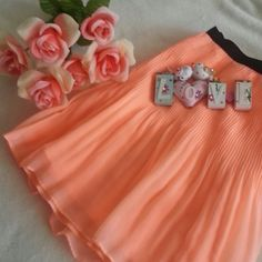 SALE♥Host Pick♥Victoria's Secret Skirt Has been wore just one time, very good condition, peach color, size 8, 32 inch waist, 16 inch lenght Victoria's Secret Skirts