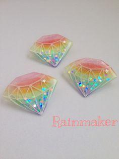 レインボーカラーのダイヤモンドのプラバンブローチです。レジンコーティングしているので、つやつやしてます。一つ一つ手作りですので、個体差があります。価格は一つあたりの価格です。その他のダイヤモンドシリーズはこちら☆★プラバンブローチ★宇宙のダイヤモンドht...