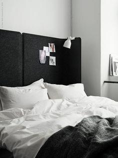 Två BEKANT skärmar placeras intill varandra så att det står omlott i skarven för en perfekt anpassad gavel till en 160 cm bred säng. Här står skärmarna monterade på de tillhörande fötterna, men du kan lika gärna placera dem direkt på golvet och fästa dem i väggen eller i sängstommen för en stabilare konstruktion.