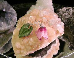 Gioielli con fiori veri vetrificati. Real natural flowers jewelry jewellery Orecchini realizzati con un ciclamino ed una fogliolina, selezionati e vetrificati. Montatura in argento 925 Website isabellejewels.com #earrings #sterling #silver #flower #fiori #gioielli #jewelry #jewellery #jewels #fiori #nature #natura #resin #arts #arte #artistic #art #designer #artist #fashion #look #artwork #design