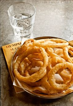 Battered onion rings with sourdough Yummy Snacks, Snack Recipes, Cooking Recipes, Yummy Food, Beyond Bread, Chicken Shop, Onion Rings, Finger Foods, Food Photography