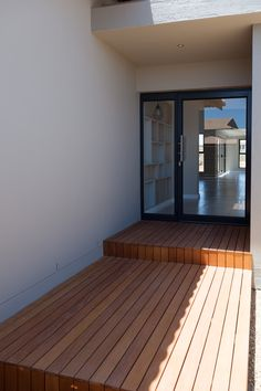 Modern Entrance Timber Wood Deck Walkway Design, 637 on De La Haye Langebaan Country Estate – country front yard ideas Glass And Aluminium, Aluminium Doors, La Haye, Gate Design, Deck Design, Wooden Walkways, Modern Entrance, Courtyard Design, Shaker Style Kitchens