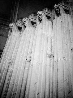 Art Deco in—I think—Argentina. Art Nouveau, Art Deco Stil, Art Deco Buildings, Cemetery Art, Art Deco Design, Looks Cool, Art And Architecture, Art Deco Fashion, Places