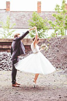 A todo Confetti is under construction Perfect Wedding, Dream Wedding, Wedding Day, Destination Wedding, Bailar Swing, Wedding Photographie, Tea Length Wedding Dress, Wedding Dresses, Tulle Wedding