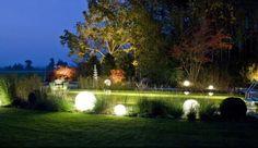Wir haben Lust auf laue Sommerabende – und ihr? Deshalb haben wir mal Ausschau gehalten nach Fackeln, Laternen & Co... Auf Homestory.de findet ihr tolle Ideen, die euch und euren Garten erleuchten! #Garten #Beleuchtung #Außenbeleuchtung #Laternen #Windlichter
