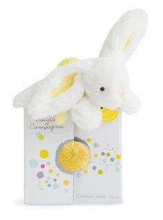 Dans la collection Tendresse de la marque Doudou et Compagnie, Coucou Doudou Lapin jaune tendre, une boule de charme et de douceur pour câliner bébé. Livré dans une jolie boite surprise d'où dépassent malicieusement les deux oreilles et le pompon de la queue.  A partir de 0m+