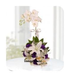 Seramik içinde tek dal beyaz orkide çiçeği, beyaz lilyum çiçekleri ve mor lisyantüs çiçekleri ile hazırlanan orkideli çiçek aranjmanı.