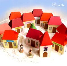 """U nás v Ježíškově ... - adventní kalendář ... už jsou vánoce! Adventní kalendář jako městečko v zasněžené krajince... 11 dvojdomečků a 1 kostelík - vše z krabiček od zápalek - tvoří 24 úkrytů na malý dárek ... Domečky mají vždy z jedné strany nápis s názvem obchůdku -""""Cukrárna"""", """"Hračky"""", """"Obuv""""... Po obou stranách krabičky jsou čísla od 1 do 24. ..."""