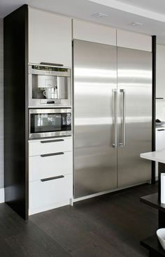 Stainless steel appliances contrast against white cabinetry. Also integrated ap… Stainless steel appliances contrast against white cabinetry. Also integrated appliances (built into kitchen area). Classic Kitchen, New Kitchen, Kitchen Time, Kitchen Ideas, Minimal Kitchen, Kitchen Layout, Rustic Kitchen, Kitchen Inspiration, Kitchen Dining
