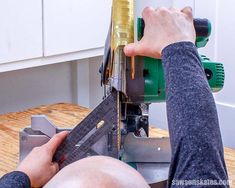 My miter saw was cutting crooked, and all of the cuts for my DIY projects were messed up! But not anymore. I just followed this tutorial, and now my miter saw cuts straight every time! #mitersaw #woodworkingtips #woodworkingtools #sawsonskates Miter Saw Table, Diy Table Saw, Woodworking School, Learn Woodworking, Woodworking Jigsaw, Woodworking Techniques, Diy Wand, Hitachi Miter Saw, Sliding Mitre Saw