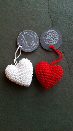 Gehäkeltes Herz als Geschenkanhänger, Valentinstag, Hochzeit / little hearts, gift tags, valentines day, wedding by schön & selbstgemacht via DaWanda.com