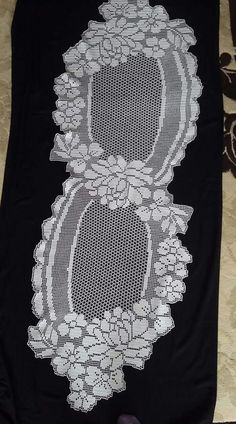 This Pin was discovered by Tür Crochet Table Runner Pattern, Crochet Doily Patterns, Crochet Tablecloth, Crochet Doilies, Crochet Lace, Fillet Crochet, Crochet Sandals, Hand Embroidery Designs, Beautiful Crochet