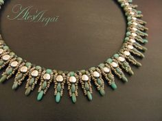 Collier Paun 2 So beautiful that it barely looks like beadwork, more like a stunning piece of expensive jewelry!   #heartbeadwork #nettingstitch #necklace