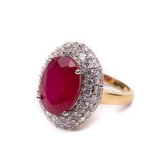Anel banhado a ouro, com pedra central na cor vermelho rubi e zircônias brancas cravejadas ao redor.  Semijoia.