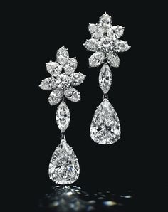 Boucles d'oreilles en platine, cluster de diamants taille marquise entourant deux diamants taille poire détachables (5.51 et 5.36 carats) http://www.vogue.fr/joaillerie/a-voir/diaporama/la-vente-de-bijoux-magnificent-jewels-de-christie-s-a-new-york/18354/image/993847#!boucles-d-039-oreilles-diamants-taille-poire-vente-magnificent-jewels-de-christie-039-s-a-new-york