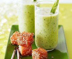 Kalte Gurken-Koriander-Suppe mit Teriyaki-Lachs