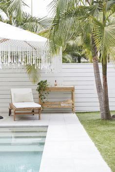 Outdoor space via Taliah Lowry ( Style At Home, Home Interior, Interior And Exterior, Outdoor Spaces, Outdoor Living, Living Pool, Backyard Pool Designs, Patio Design, Ideas Hogar