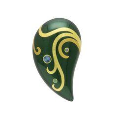 身につける漆 蒔絵のアクセサリー ブローチ 雫 ひすい色坂本これくしょんの艶やかで美しくとても軽い「和木に漆塗りのアクセサリー」より、存在感とボリュームのあるフォルムに、二色の金の曲線に螺鈿のアクセントが上品な蒔絵 Wearable URUSHI Accessories Brooches Pendant JadeColor 艶やかに美しい「翡翠」のような坂本これくしょんオリジナルの「ひすい色」奥深いグリーンの光沢が胸元に存在感を与えるペンダント/ブローチ、躍動感ある蒔絵を金箔と金粉の線で書き分け、螺鈿もオパールのような華やかさを添えます。  #漆アクセサリー #漆のアクセサリー #漆ジュエリー #蒔絵アクセサリー #漆のブローチ #蒔絵ブローチ #雫型ブローチ #ひすい色 #螺鈿細工ブローチ #brooches #Pendantbrooches #Dropbrooches #Jadebrooches #wearable #ウェアラブル漆 #漆塗り #軽さを実感 #坂本これくしょん