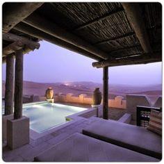 Me voy a pegar un baño en... la piscina privada del Quasr al Sarab Desert Resort, en mitad del desierto de Abu Dhabi, Emiratos Árabes Unidos. *PrimerasNecesidades*