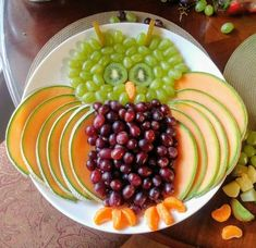 Owl fruit tray I made for my niece's woodland baby shower. I used green & re… Owl fruit tray I made for my niece's woodland baby shower. I used green & red grapes, kiwi, (she wanted) cantaloupe, so I used them for the wings, and cuties for the claws Fruit Tables, Owl Food, Forest Baby Showers, Fruit Decorations, Green Fruit, Food Garnishes, Food Trays, Veggie Tray, Big Meals