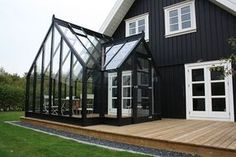 What an idea. To paint the exterior of your house black! Layout for deck with attached greenhouse or screened-in porch. Screened In Porch Diy, Screened Porch Decorating, Screened Porch Designs, Deck Decorating, Front Porch, Modern Exterior, Interior And Exterior, Orangerie Extension, Casas The Sims 4
