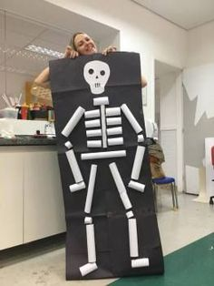Esqueleto com rolinhos de papel Theme Halloween, Halloween Crafts For Kids, Halloween Activities, Diy Halloween Decorations, Spirit Halloween, Activities For Kids, Human Body Activities, Halloween Costumes, Kids Crafts