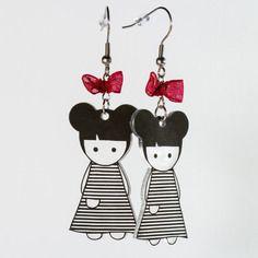 Boucles d'oreilles poupée en plastique fou avec deux couettes, une robe à rayures noires et un nœud rouge en ruban organdi. Par Naïas.