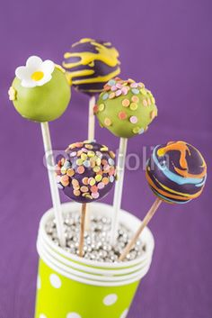 Cake Pops lila und grün im Becher mit Hintergrund