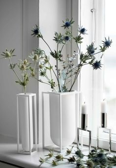 Kubus Vase Lolo and Kubus Vase Flora are both perfect for single flower stalks, as they come with a removable grid. Modernist Movement, Design Bestseller, Small Bouquet, Floral Photography, One Design, Design Shop, Flower Boxes, Tea Light Holder, Scandinavian Design