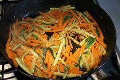 Cukkinis csirkemell sárgarépával, tejszínnel - Kemény Tojás receptek képekkel Japchae, Food And Drink, Ethnic Recipes