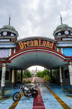 An abandoned theme park in Nara, Japan, called Dreamland is now a place to explore a creepy decaying world lost in time. park Abandoned Theme Parks In Japan (Nara Dreamland) Abandoned Theme Parks, Abandoned Amusement Parks, Abandoned Buildings, Abandoned Places, Abandoned Cars, Urban Decay Photography, Horror Themes, Scary Places, Japan Travel